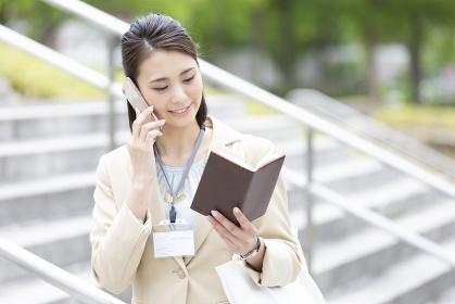 電話をするビジネス女性