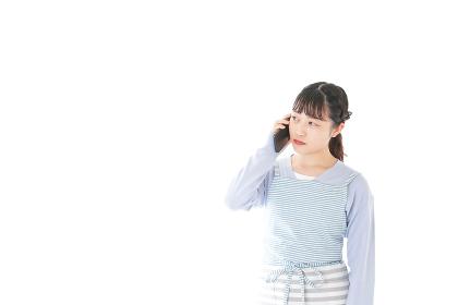 笑顔でスマートフォンを使う若い主婦