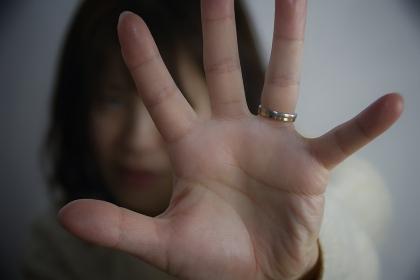 手のひらをかざす女性