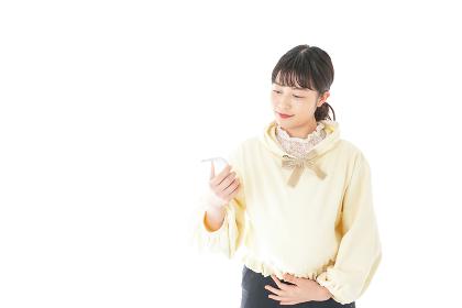 検温をする若い妊婦の女性
