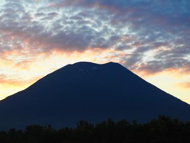 朝日が昇る直前の羊蹄山