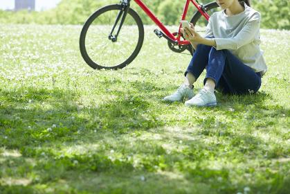 休日にサイクリングを楽しむ若い女性