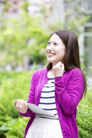 タブレットPCを操作する日本人女性