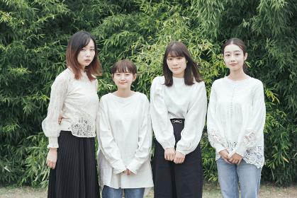 記念撮影におさまる日本人女性4人