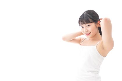 ヘアケアをする若い女性