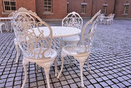 洋館の中庭に設置されたテラス席、山形県郷土館「文翔館」
