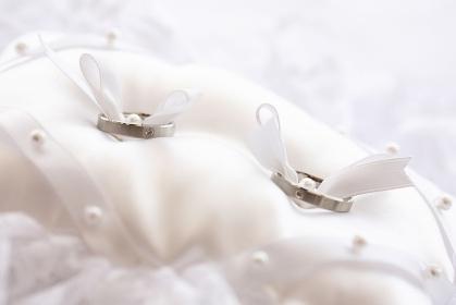 リングピローに付けられた結婚指輪