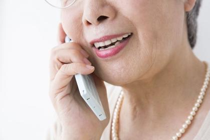 電話するシニア女性の口元