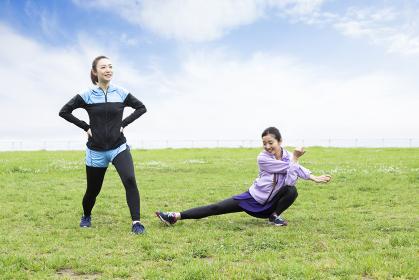 準備運動する女性二人組
