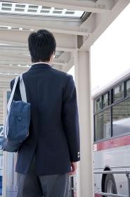 バスを待つ男子高校生の後姿