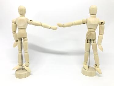 ソーシャルディスタンシングイメージ、腕を広げて離れて立つ木製の人形、ソーシャルディスタンス(白背景)