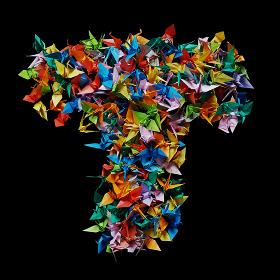 折り紙の鶴を集めて形作ったアルファベットのT