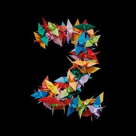 黒バックに折り紙の鶴で作った数字の2