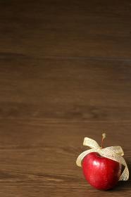 金色のリボンで飾った姫リンゴ 6 縦位置