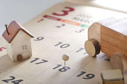 引っ越しの車とカレンダー