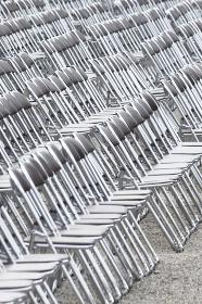 たくさん並んだ客席のパイプ椅子