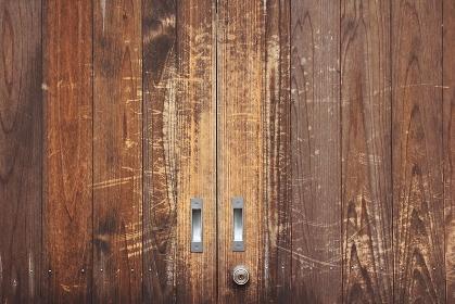 使い込まれた木製の引き戸