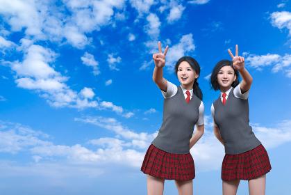 青空が続く広い空を背景に二人の女子生徒が明るい笑顔を浮かべながらピースサインをしている