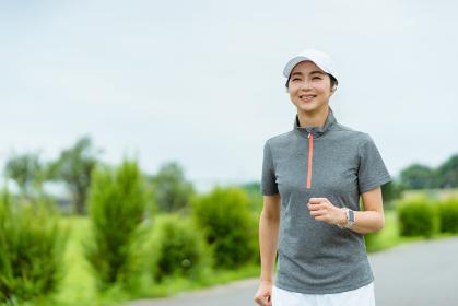 ランニングをする女性・健康管理とストレス解消