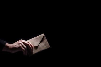 手紙を渡す男性の手
