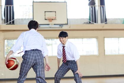 制服でバスケをする日本人男子高校生