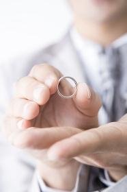 結婚指輪を差し出す新郎
