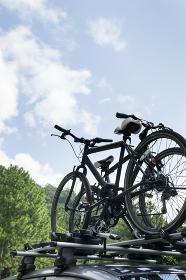 自転車を積んだ車と風景