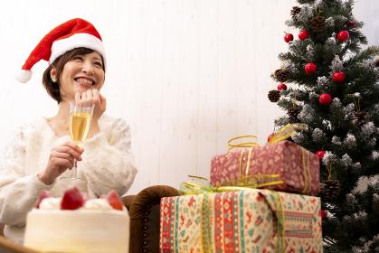 【東京都】クリスマスパーティーでシャンパンを飲む女性【2020】