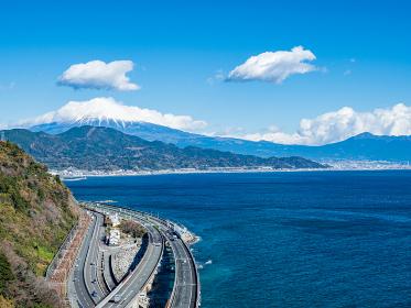 静岡県 冬晴れの青空と富士山が見える薩埵峠の風景 12月