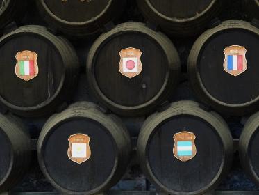国旗がついたワイン樽