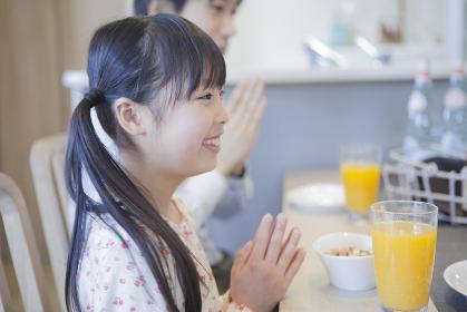 朝食を食べる女の子と父親
