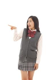指さしポーズをする女子高生