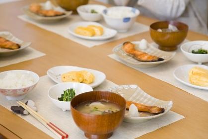朝ごはんのならぶ食卓