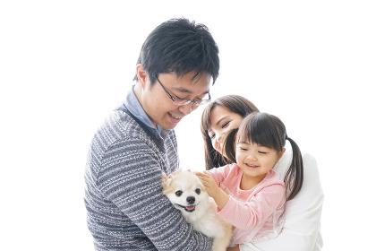 犬を飼う幸せなファミリー