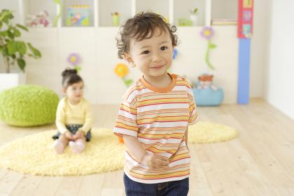 カラフルな子供部屋で遊ぶハーフの子供たち