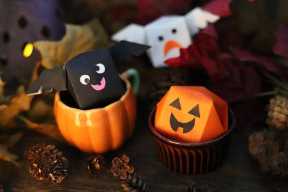 ハロウィンの可愛い折り紙のおばけカボチャとコウモリとゴースト 秋のイメージ