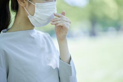 マスクをつけた若い日本人の女性
