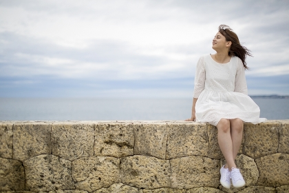 海岸に座る日本人女性