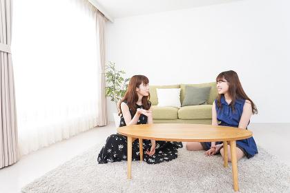 女子会をする若い2人