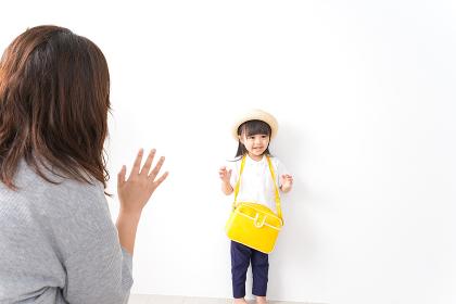 幼稚園に行く子どもと見送るお母さん