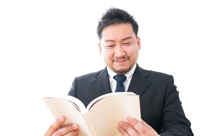 読書するビジネスパーソン
