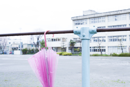 鉄棒に掛けられた傘