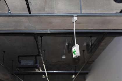 工事前の空き店舗の非常灯