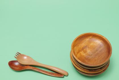 緑の背景に置いた丸い木製の皿