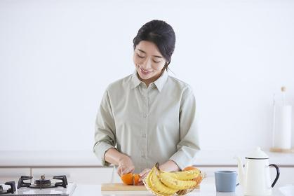 オレンジをカットする日本人女性