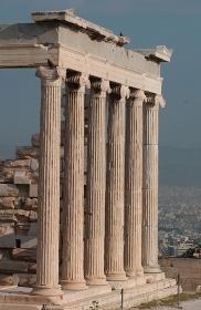 アテネに建っている古代歴史的支柱