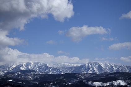 冬の晴天下の朝日連峰