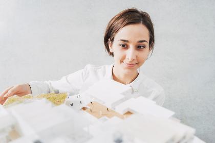 建物の模型を見る女性(不動産・都市開発)