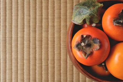 木製の深皿に盛られた柿 11