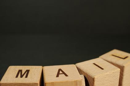 積み木で作った「メール(メイル)」のアルファベット